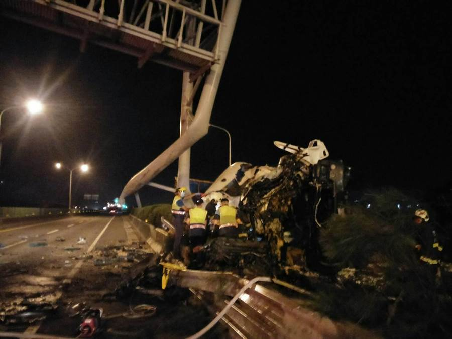 台61西濱伸港段蛋車自撞,導致蔡姓駕駛與越南籍移工乘客死亡。(彰化縣消防局提供/謝瓊雲彰化傳真)