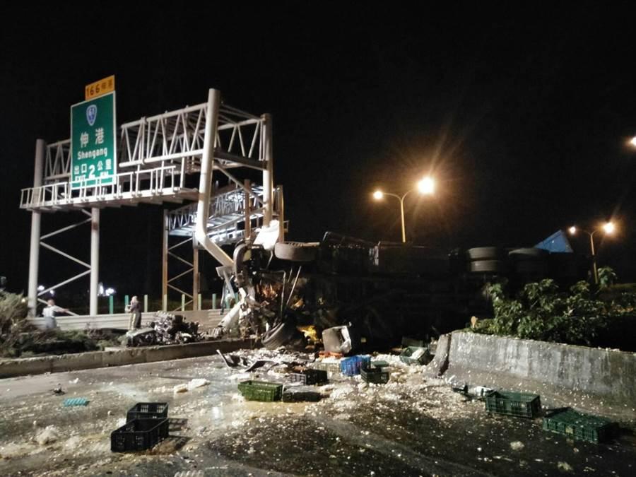 事故現場發身在台61北上接近伸港交流道出口處,道路指示標誌門架也被撞爛。(彰化縣消防局提供/謝瓊雲彰化傳真)