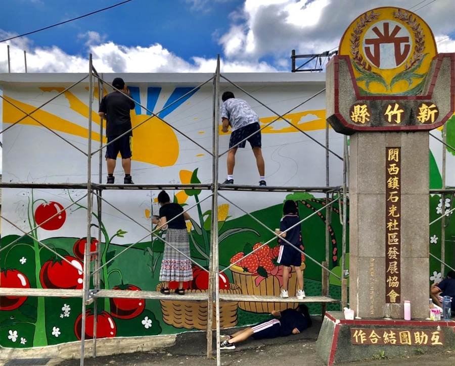 石光國中師生打造一面「網美牆」,結合在地特色與產業,十分亮眼。(校方提供/莊旻靜新竹傳真)
