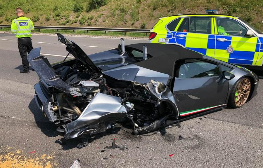 英國一名車主花738萬元買了1部藍寶堅尼跑車,不料交車20分鐘就在高速公路故障,遭被後方的公車撞爛。(圖/翻攝自推特/@WYP_RPU)