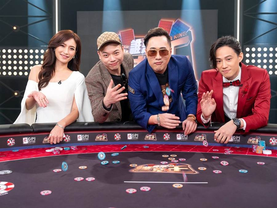 洪藜恩(左起)、阿虎、余祥銓、徐新洋開心合照。(東風衛視提供)