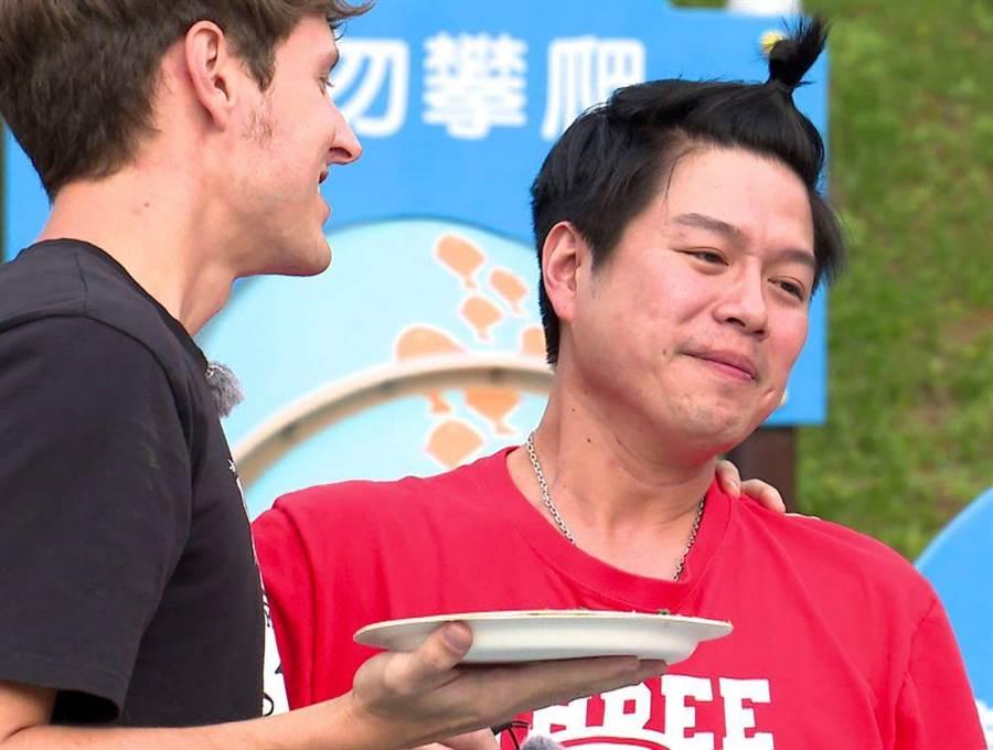 賈斯汀(左)與李易逗趣互動。(台視提供)