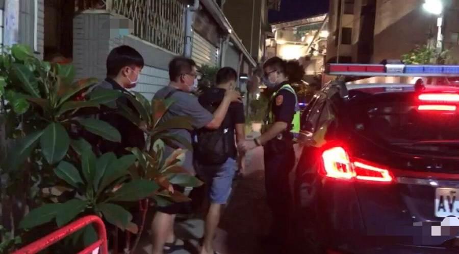 台南市警方破獲男男色情按摩店,帶回一名負責人與兩名按摩師。。(讀者提供/程炳璋台南傳真)