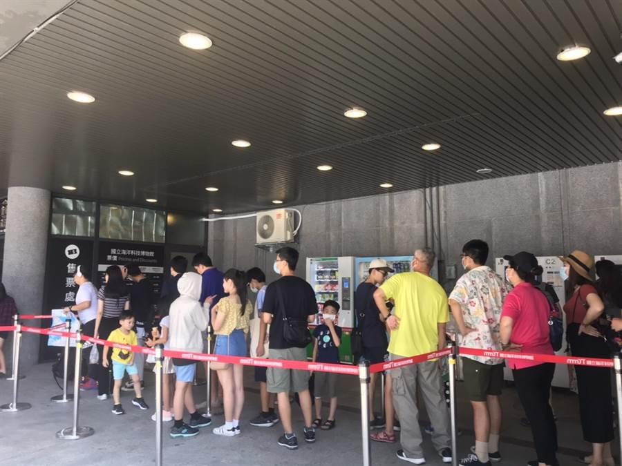 國立海洋科技博物館湧現大量參觀民眾,連假第二天中午前,就已經超過4千人購票入館,海科館門口可見大排長龍等待入館的隊伍。(吳康瑋攝)