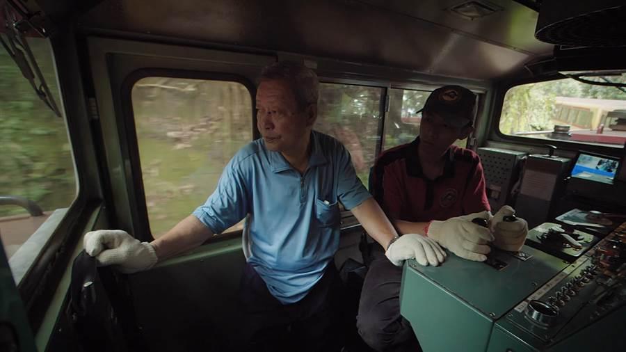 退休司機教授駕駛技術。(阿里山林業鐵路及文化資產管理處提供/張毓翎嘉義傳真)