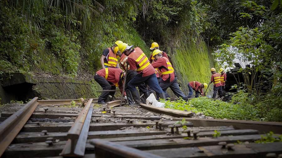 道班人員搶修鐵路。(阿里山林業鐵路及文化資產管理處提供/張毓翎嘉義傳真)