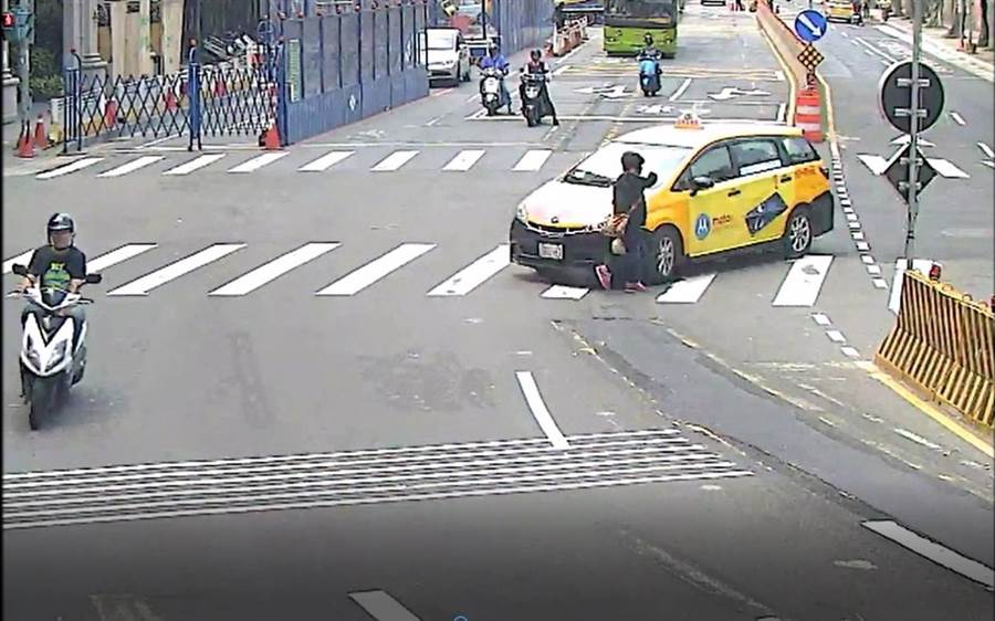 汽車「A柱」擋住駕駛人視野,導致左轉行經行人道時,往往一個不注意就發生碰撞車禍事件。(交警大隊提供/林俊翰翻攝)