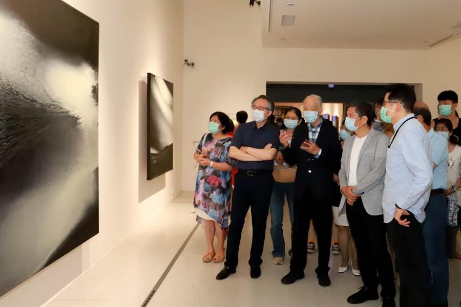 文化部長李永得(左4)參訪《江賢二:回顧展》,由藝術家江賢二(左3)導覽介紹畫作。(文化部提供)