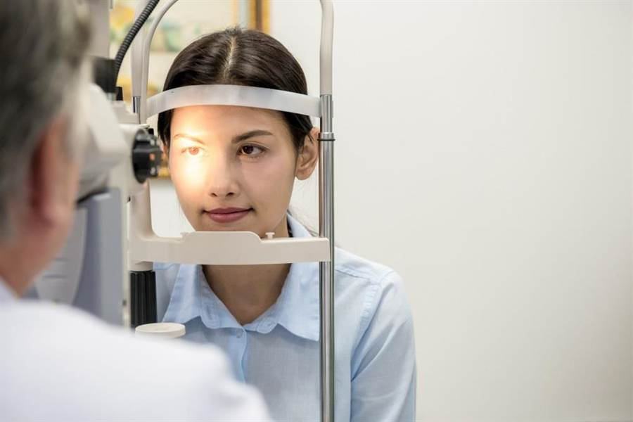 還沒老就有白內障! 眼科醫揭3種人是高危險群