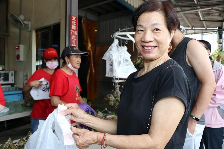 消費者買六百元粽子,開心拿發票要登錄參加抽獎。(廖素慧攝)