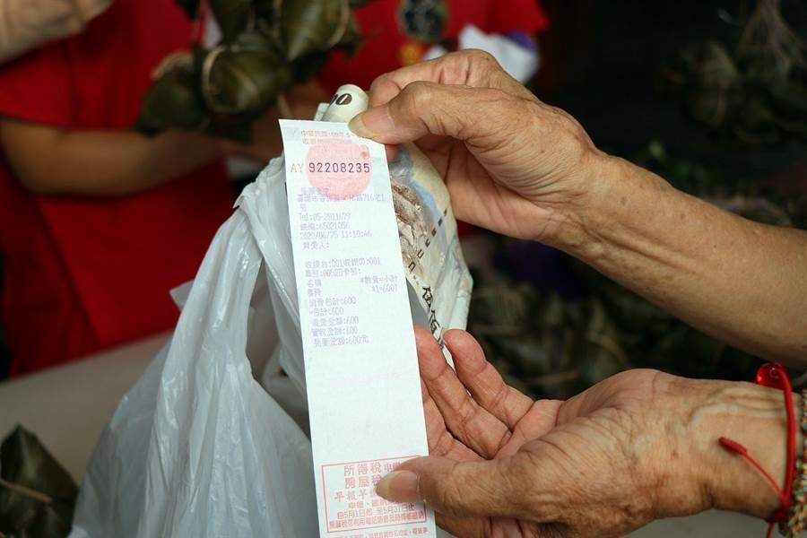 嘉義市府提醒紙本、雲端發票,都要記得加入LINE活動登錄才能參加抽獎。(廖素慧攝)