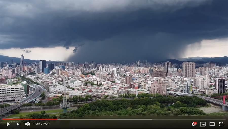 對流旺盛造成北部午後雷陣雨,網友Tim哥拍下台北市雨瀑奇景 (圖/Tim哥YouTube)