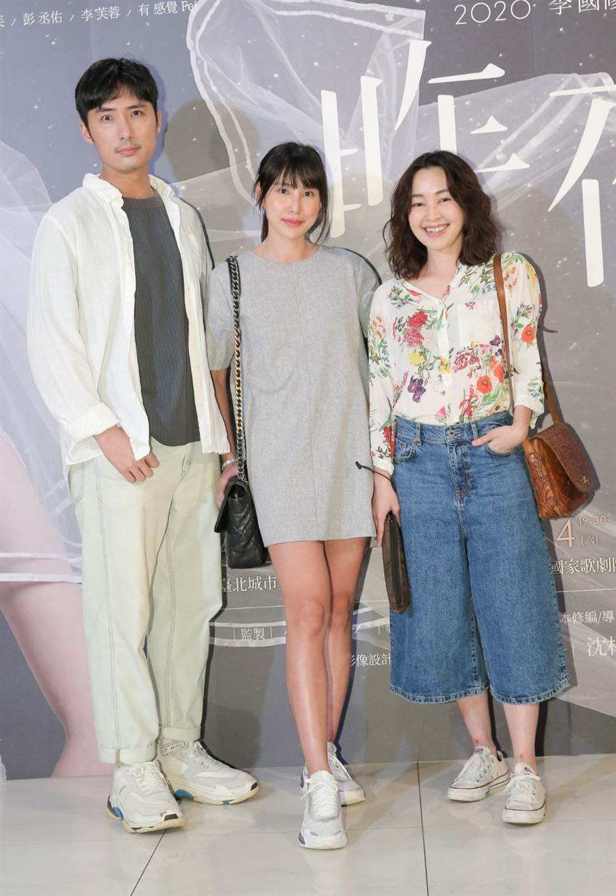 李运庆(左起)、房思瑜、蔡灿得前往欣赏《昨夜星辰》舞台剧。(卢祎祺摄)