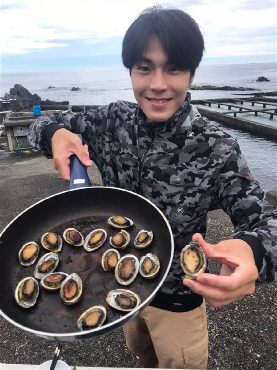 唐振剛遊北海岸大啖海鮮。(八大提供)