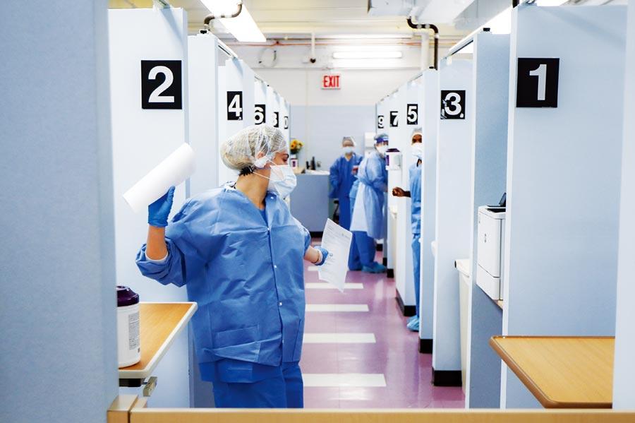 全球疫情延燒,醫藥人員為研發新冠疫苗努力。(美聯社)
