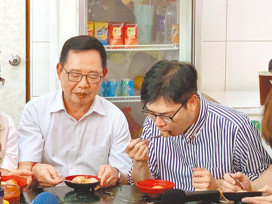 民進黨高雄市長參選人陳其邁(右)25日行程滿檔,抽空大啖肉圓補充體力。(柯宗緯攝)
