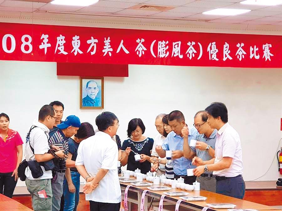 東方美人茶為新竹縣在地特色產業,每年夏茶比賽吸引多數茶農參與,競賽過程精彩。(本報資料照片)
