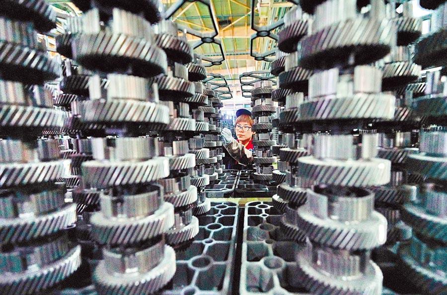 製造業與機械業改用環保原料、升級舊廠房逐步改善,圖為唐山市一家汽車生產業。(新華社資料照片)