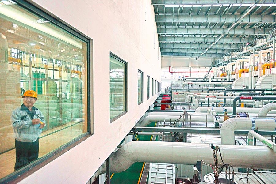 落實「煤改燃」工程,天津一能源公司對20餘台燃煤鍋爐全面實施環保提標改造。(中新社資料照片)