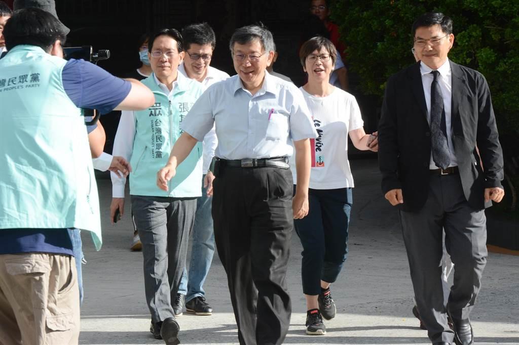親民黨主席柯文哲27日一早陪高雄市長補選參選人吳益政(右)前往高雄武廟參拜關聖帝君。(林宏聰攝)