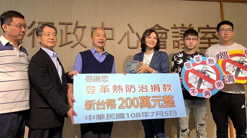 高雄市議員李眉蓁(右3)和前高雄市長韓國瑜(左3)。(柯宗緯攝)
