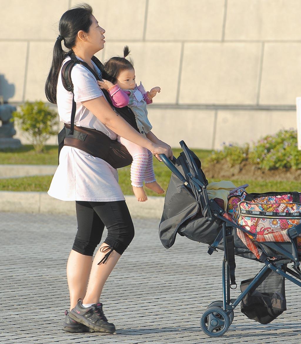 職業婦女要育兒兼顧工作,社會氛圍卻拿放大鏡檢視。(本報資料照片)