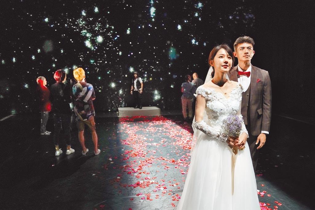 邵雨薇(左)在《昨夜星辰》中穿絕美婚紗,右為男主角梁正群。(寬宏藝術提供)