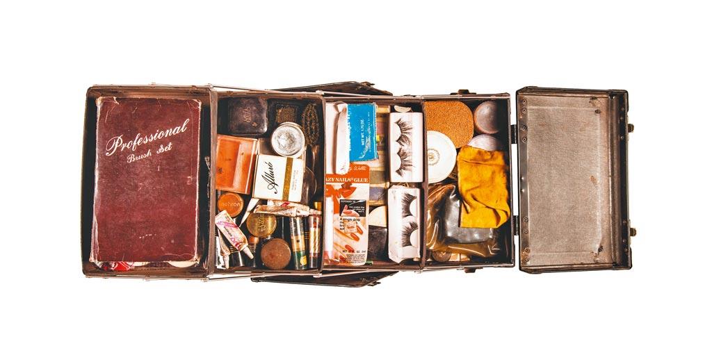 Loewe於網上展覽的Divine遺物,此為Divine私人化妝箱 (1988年),裝滿其化妝品如脣膏、粉底、粉餅、粉刷、假睫毛、膠水,海綿等,他於當時巡迴演出時使用。(Loewe提供)