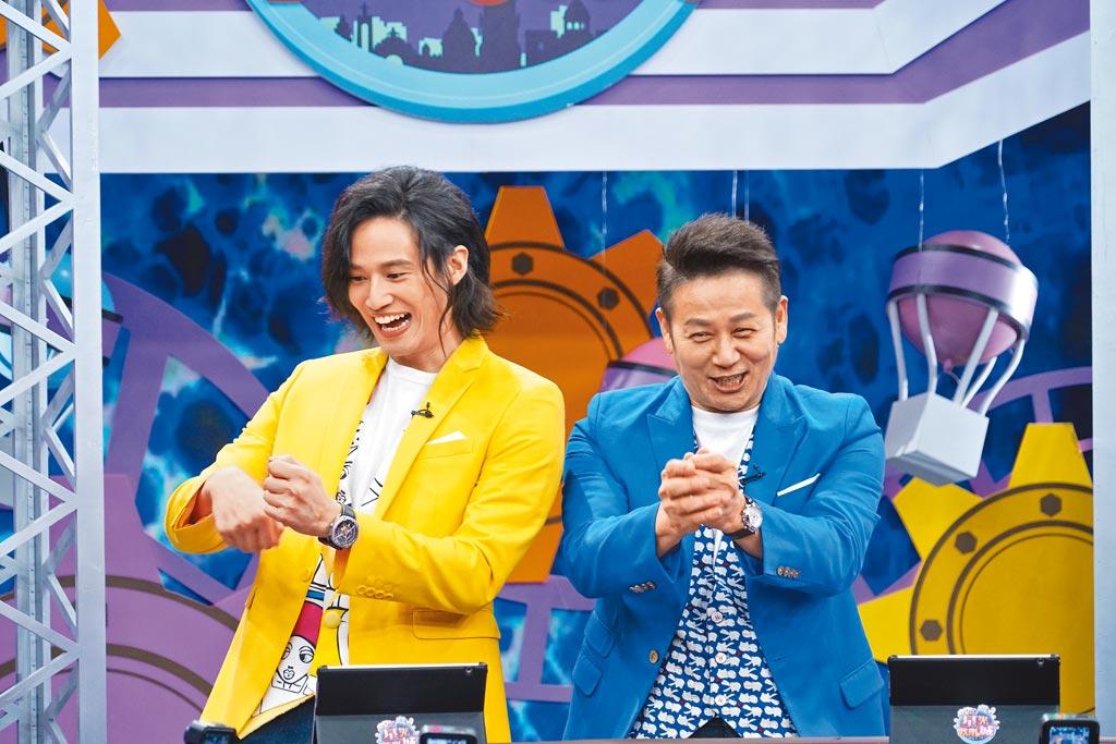 徐乃麟(右)與兒子徐新洋一起主持《星光歡樂城》。(狼谷育樂台提供)