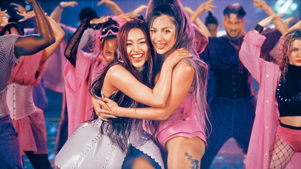 女神卡卡(右)在新專輯首度與亞利安娜合作新歌〈Rain On Me〉。(環球音樂提供)