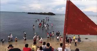 超逆時中!澎湖「摩西分海」民眾冒死下水 網:屍骨多了就有路
