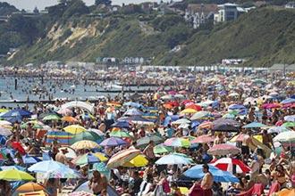 熱浪襲英 50萬人湧海灘弄潮