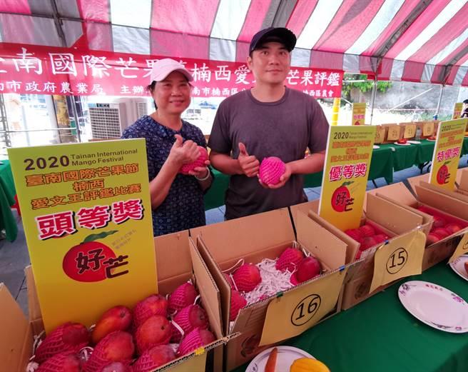 台南楠西區公所27日舉辦「愛文王芒果評鑑比賽」,由青農江政豪(右)奪冠。(劉秀芬攝)
