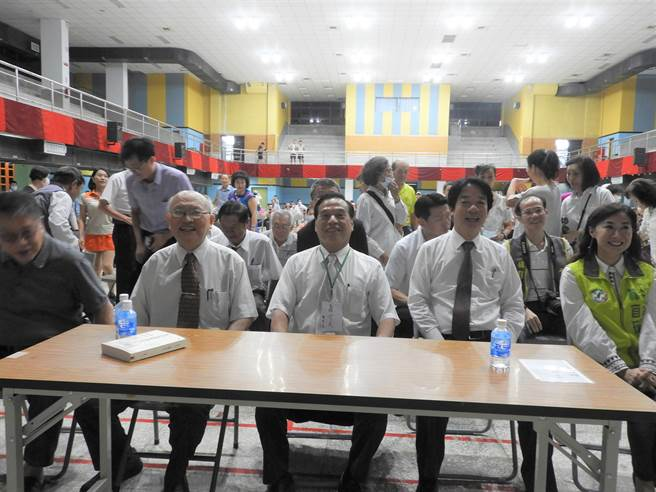 副總統賴清德(右二)今天參加南一中校友總會活動,提到若要在台大醫院推薦人選當台北市長非陳耀昌(左)莫屬。(曹婷婷攝)