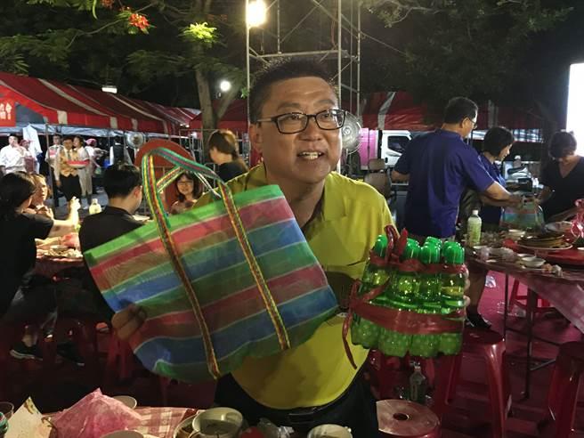 嘉義市地方特色產業協會理事長劉慶宗送客人茄芷袋把雞腿、彈珠汽水帶回家。(廖素慧攝)