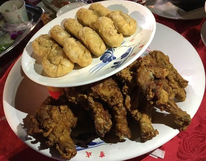 滿盤的大雞腿是讓客人帶回家的伴手禮。(廖素慧攝)