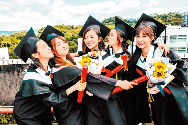 程予希(左起)、喬雅琳、蔡黃汝、臧芮軒、陳敬宣為戲穿上學士服。(三立提供)