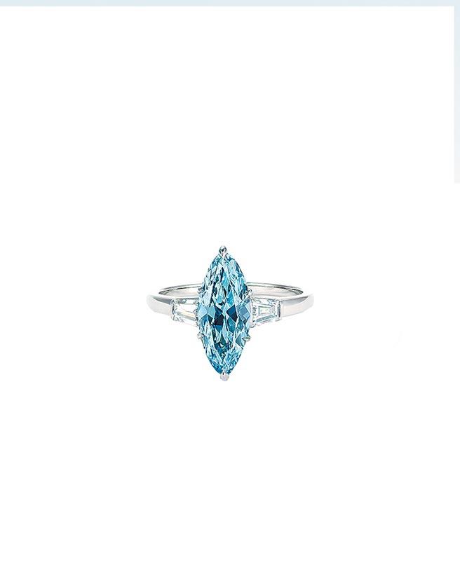 佳士得拍賣會珠寶類主打12.11克拉濃彩IF藍鑽戒指,起拍價6500萬港元。(Christie's提供)