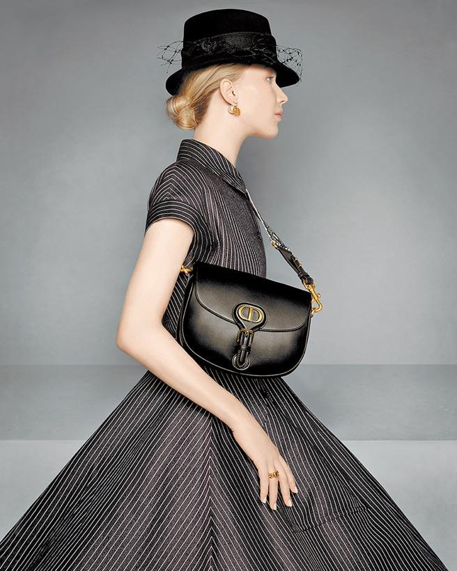 珍妮佛羅倫斯背上Dior Bobby,盡顯美麗姿態。(Dior提供)