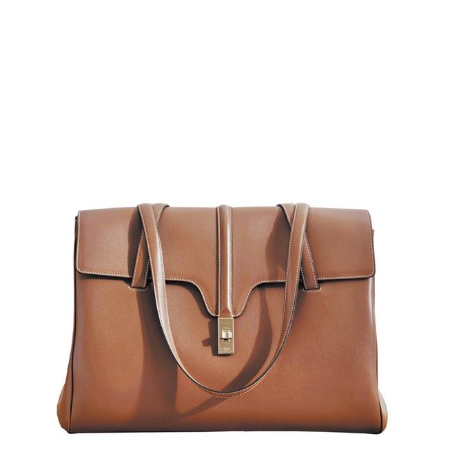 Celine Soft 16焦糖棕色小牛皮大型肩背包,9萬9000元。(Celine提供)