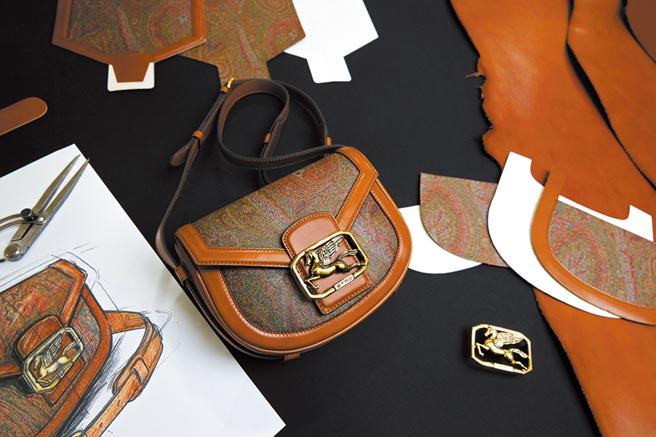 Pegaso Bag飛馬包全新亮相,中間的飛馬Logo極為醒目。(Etro提供)