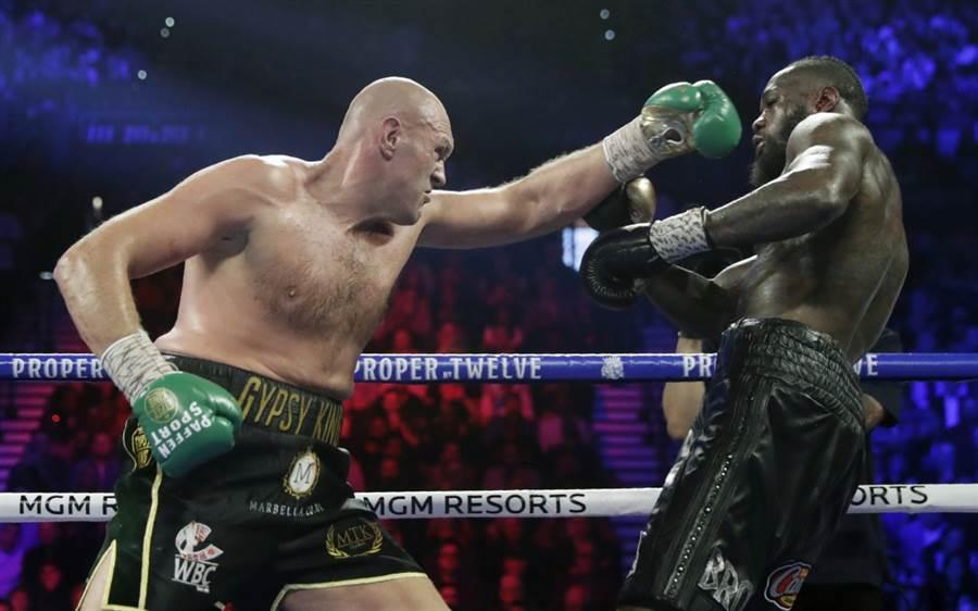 泰森福瑞(左)出拳攻擊懷德,兩人預計要進行第3次對決。(美聯社資料照)