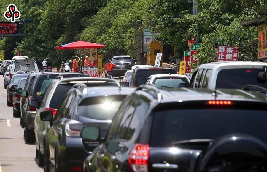 國道5號外,車子排隊等著上國道。(本報系資料照)