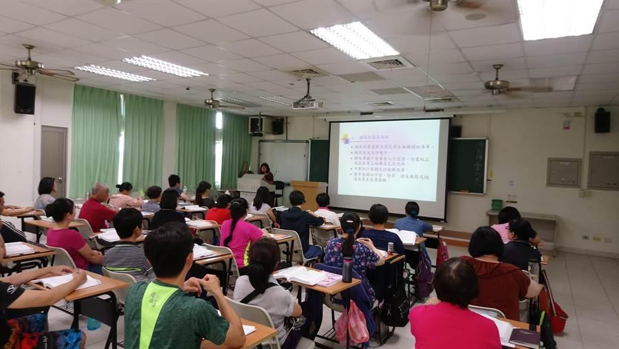 台南市勞工局每年開班的照服員培訓班都爆滿,開班數也成為全台第一。(台南市勞工局提供/程炳璋台南傳真)