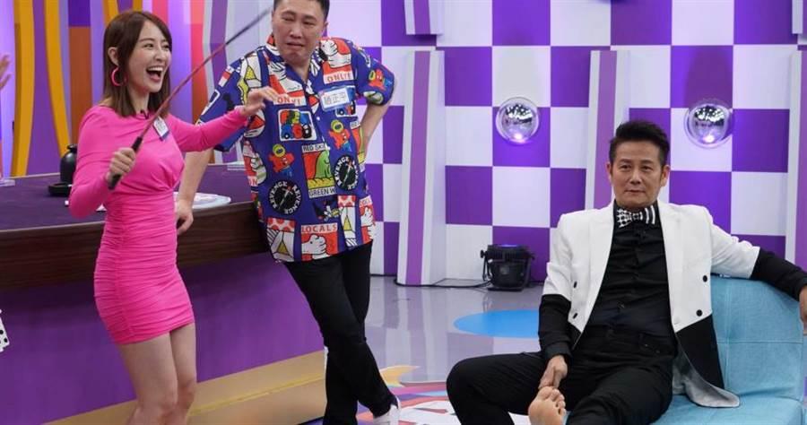 賴薇如(左)運氣超好,成為節目首位打到徐乃麟(右)腳底的來賓,(中)為趙正平。(圖/狼谷育樂台提供)
