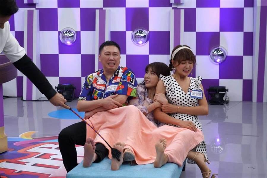 趙正平(左起)、蘇心甯、謝京穎三人擠在貴妃椅受罰的畫面,被徐乃麟笑稱像是在MOTEL。(圖/狼谷育樂台提供)