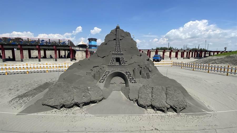2020大安沙雕音樂季打造巴黎鐵塔,讓民眾免出國,世界景點一次看。(王文吉攝)