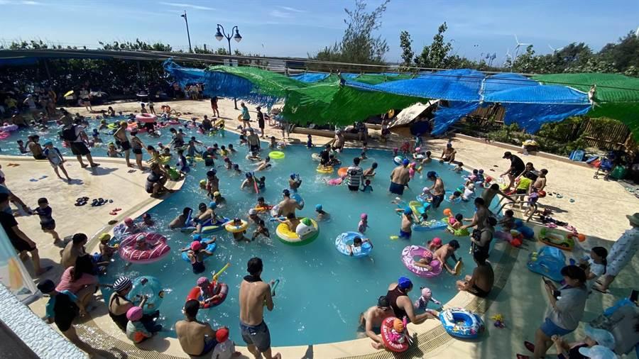 大安濱海旅客服務中心游泳池湧入戲水遊客。(王文吉攝)