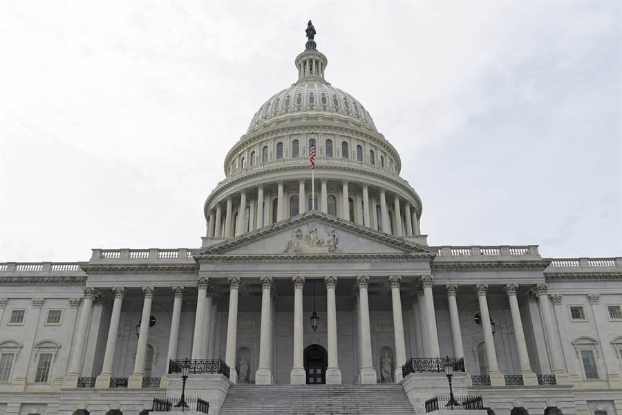 美參眾兩院外交委員會跨黨派聯手提出《台灣研究獎學金法案》,將常態派遣聯邦雇員來台學習工作,以強化美台關係。圖為美國國會山莊)。(圖/美聯社)