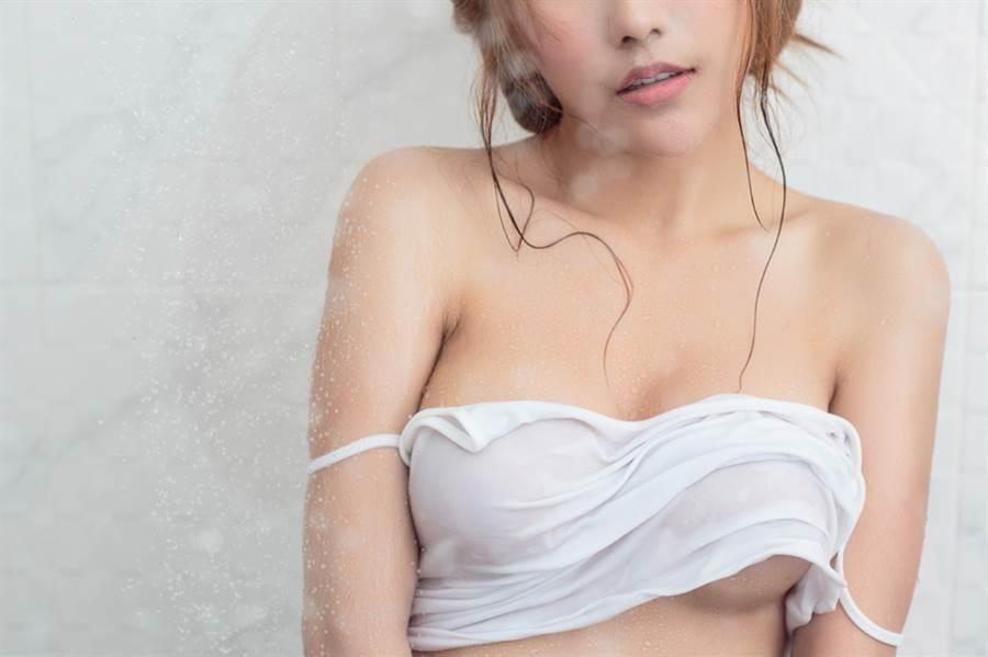 18歲足球校隊正妹逆天發育 三點式泳衣罩不住(示意圖/非當事人/達志影像)